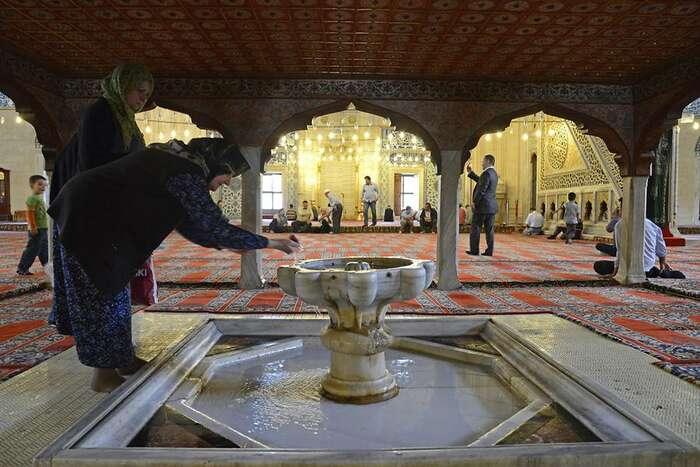 Zbožný muslim zírá, jeho víra stím nemá nic společného. Foto Gerhard Huber