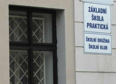 Na mnoha pozvánkách kzápisu dopraktických škol ředitelé vyžadují pouze rodný list dítěte, takže poradenské zařízení pouze expost legitimizuje správní rozhodnutí ředitele. Foto romove.radio.cz
