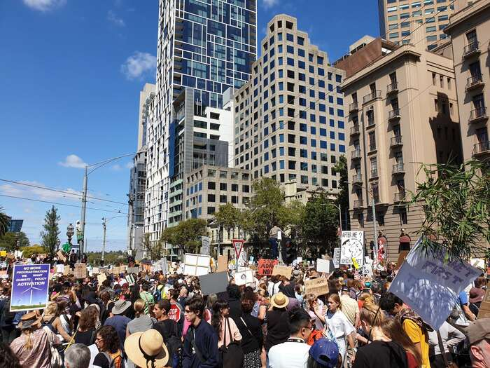 Plné ulice vaustralském Melbourne. Foto Twitter @rob_lamarca