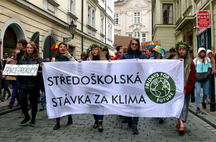 K pražské demonstraci středoškoláků sepřipojili ivysokoškoláci či rodiče sdětmi. Foto Jan Kašpárek, DR