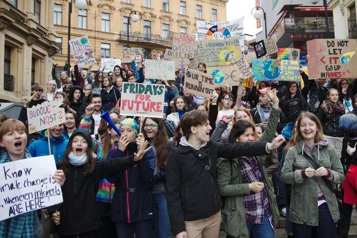 Brněnský průvod stávkujících studentů ajejich sympatizantů prošel ulicemi kolem náměstí Svobody. Foto Peter Tkáč, DR