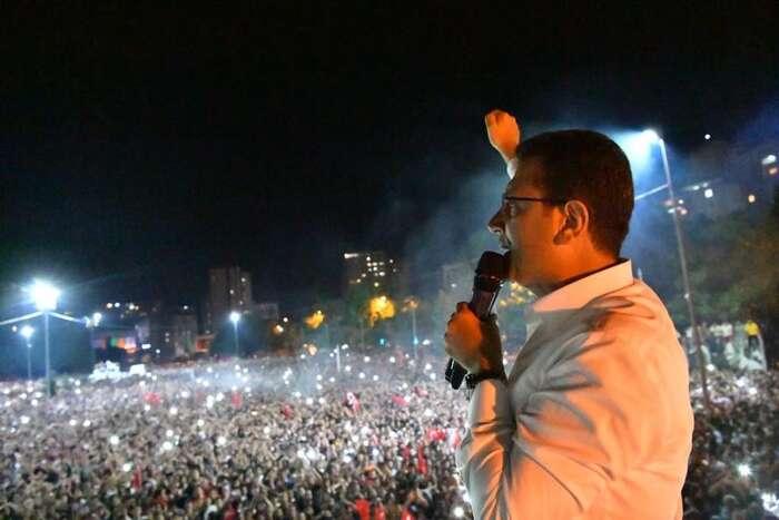 Ekrem Imamoğlu vyhrál opakované volby ještě větším rozdílem. Auž semluví otom, že právě onby semohl stát úspěšným vyzyvatelem vprezidentských volbách začtyři roky. Foto FBEkrema Imamoğlu