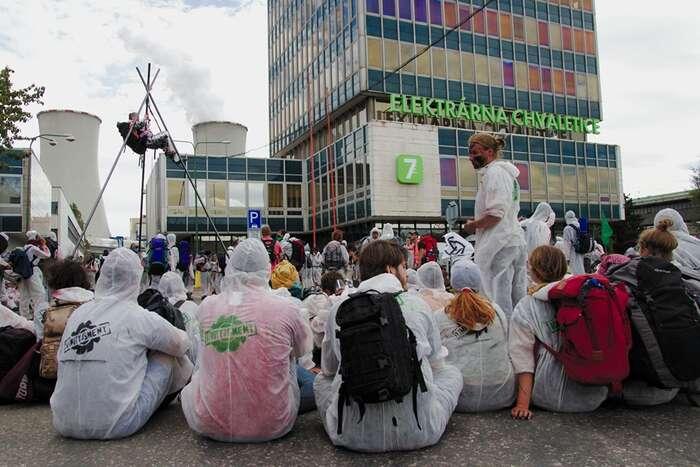 Poklidná blokáda vchodu doelektrárny Chvaletice. Foto Peter Tkáč, DR