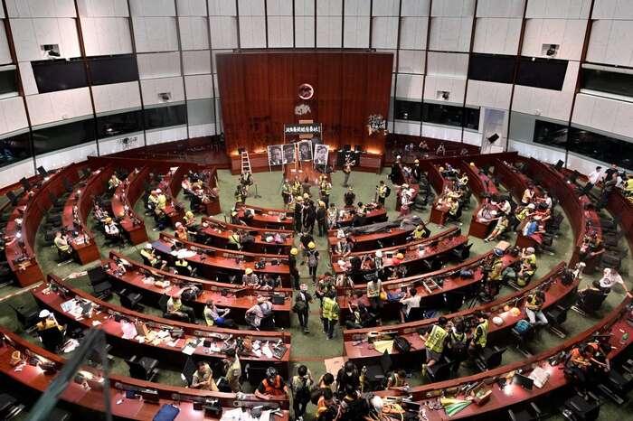 Skupina demonstrantů 1. července vjednacím sále Legislativní rady. Foto Vox