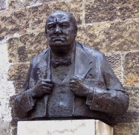 Kopie londýnské sochy byměla být stejně jako socha Koněvova doplněna ozločiny ministerského předsedy. Foto web Pamětní desky vPraze