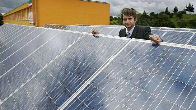 Městská část chce dobudoucna také pokrýt conejvíce své spotřeby energie zvlastních obnovitelných zdrojů. Jedna zjejích škol, ZŠ Chelčického, již několik let využívá vlastní fotovoltaické panely. Foto Martin Divíšek