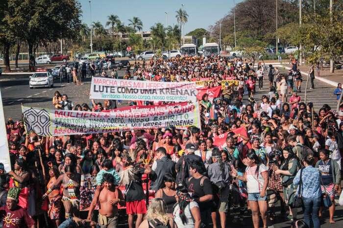 Domorodé ženy protestují proti Bolsonarově politice. Foto Amazon Watch