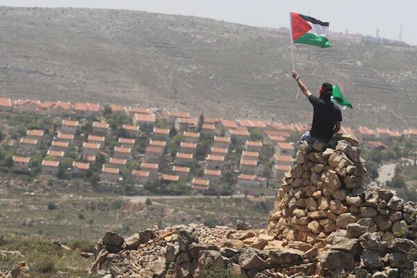 Je-li  apartheid definován jako zřízení, kde působí různé právní systémy pro různé části populace, pak jeIzrael vsoučasnosti  již apartheidem sevším všudy. Foto Issam Rimáwí