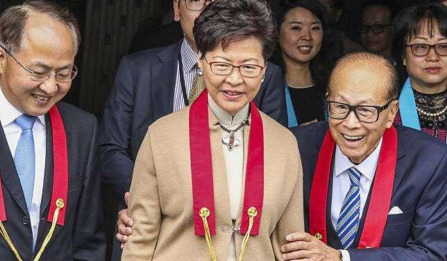 Li Ka-shing aCarrie Lamová během otevření jeho soukromé sbírky buddhistického umění vklášteře Tsz Shan (březen 2019). Repro DR