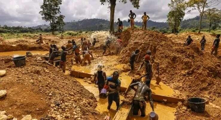Většina drobných zlatokopů seocitla vilegálním postavení, ať již  kvůli neinformovanosti, nebo vdůsledku složitého adrahého procesu získávání licence ktěžbě. Foto YEN, Ghana