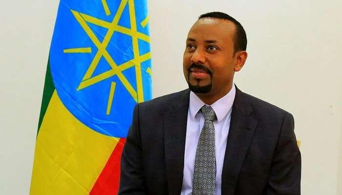 Etiopský premiér Abiy Ahmed svlajkou své země. Foto LSE