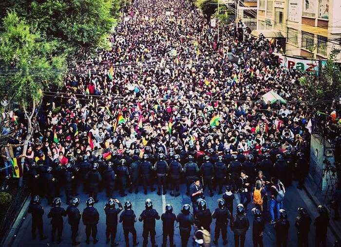 Jeden zpovolebních protestů v LaPazu zastavený policejním kordonem. Foto Paulo Fabre, WmC