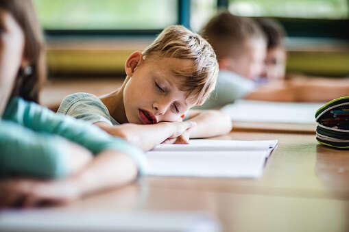 Každý učitel zná tyzborcené hodiny, kdy vetřídě místo zvídavých žáků nachází vyčerpané zombie popočetním drilu, testu zanglické gramatiky, diktátu zčeštiny anekonečném zapisování vzorečků zfyziky. Foto istockphoto.com