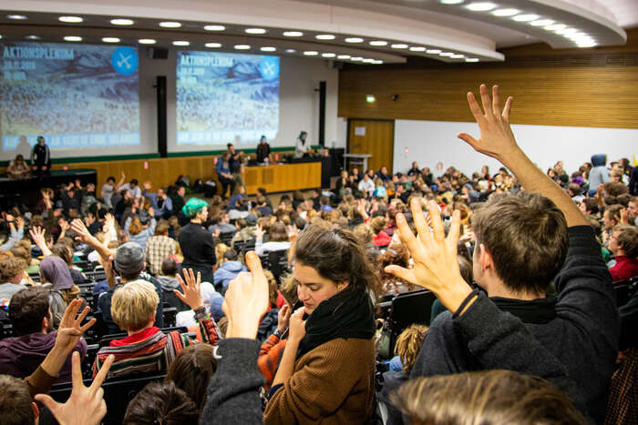V pátek večer sena univerzitě koná velké plénum před víkendovými akcemi občanské neposlušnosti. Foto Petr Tkáč, DR