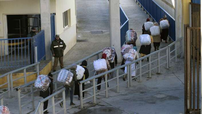 """Skupina """"ženských mezků"""" sevrací snakoupeným zbožím doMaroka. Foto Hamza Guessous"""