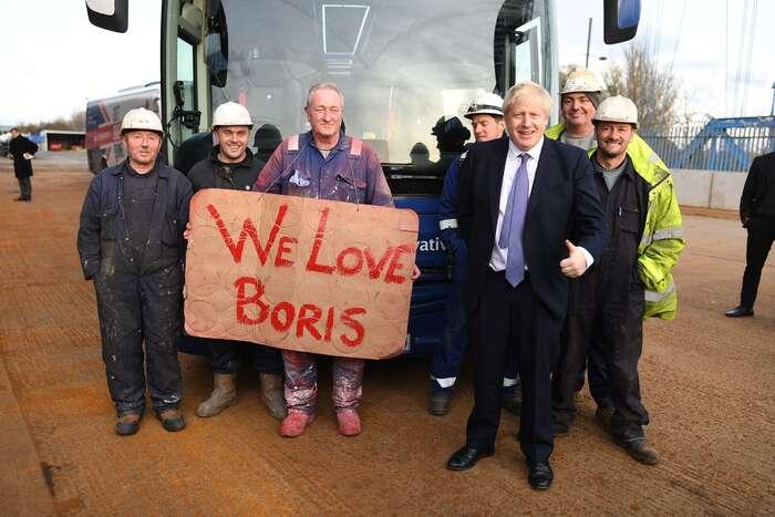 Populistický záběr astyl premiéra Johnsona (třetí zprava) úspěšeně oslovuje nové voliče. Zde snímek zminulé kampaně. Foto FBBoris Johnson