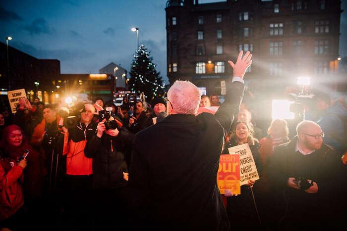 Jeremy Corbyn zdraví příznivce. Momentka zpolední kampaně. Foto LP, flickr.com