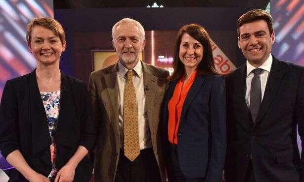 Kandidáti napředsedu Labour Party zprimárek 2015. Zleva: Yvette Cooperová, Jeremy Corbyn, Liz Kendallová aAndy Burnham. Repro zvideozáznamu LP