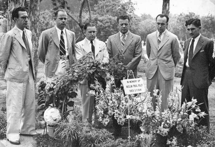 Vedení firmy Baťa nad čerstvým hrobem Václava Rojta včervenci 1941. Třetí zleva stojí Jan Bartoš, ředitel zBatanagaru. Foto Archiv Jana Beránka