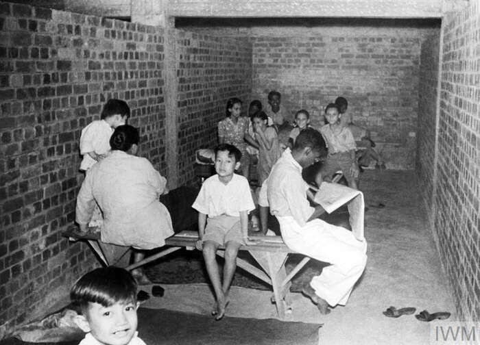 Singapurští civilisté vprotileteckém krytu stejného typu, jaký byl vsuterénu Tiong Bahru. Foto Archiv Jana Beránka