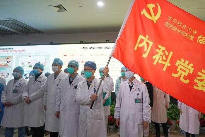 Úderný oddíl lékařů, kteří přísahali narudou vlajku, že budou bojovat snemocí. Repro DR