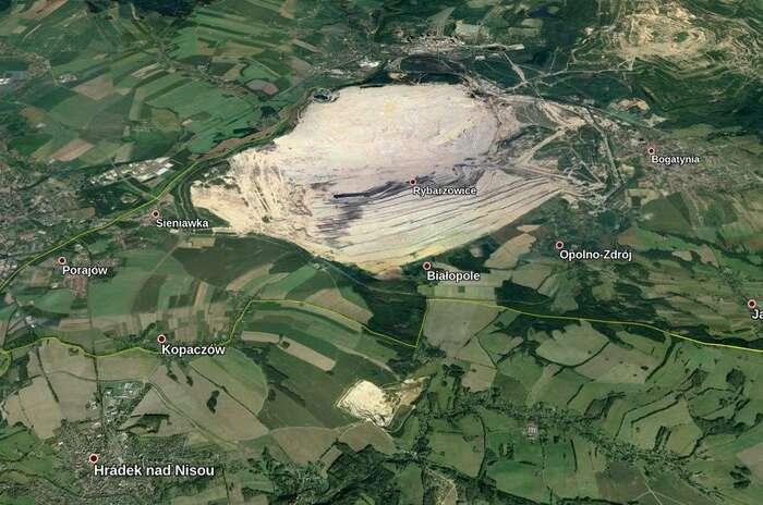 Letecký snímek ukazuje, jak blízko jepolský důl kčeským hranicím. Právě směrem knim semá rozšiřovat. Načeské straně ohrožuje spodní vodu pro třicet tisíc lidí. Foto Google Earth