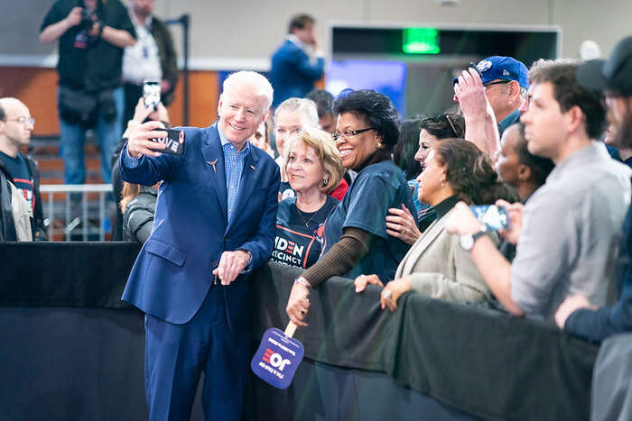 Joe Biden sefotí sfanynkami. Foto archiv Bidenovy kampaně