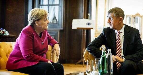 Ačkoli Andrej Babiš sedo své německé kolegyně obul, veskutečnosti Německo podle všeho dobře těží zpověstného klidu své kancléřky, která mluví zpříma abez příkras, současně sidává záležet, aby všichni občané věděli, že jevsoučasné krizi stát nenechá naholičkách. Foto Bundesregierun/Denzel