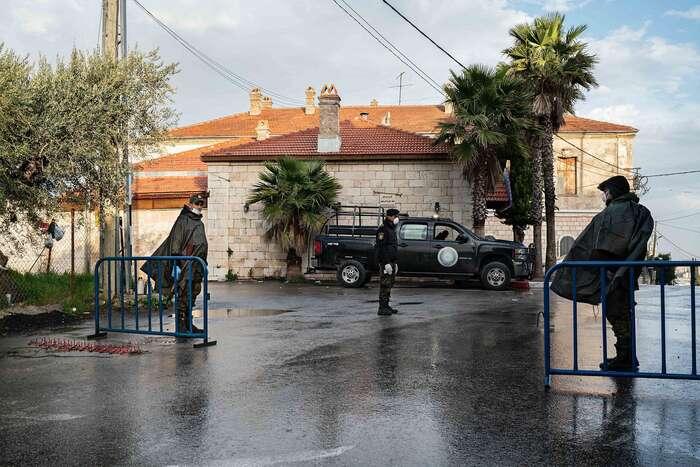 Betlém setak proměnil vměsto duchů. Palestinští policisté nacheckpointu vmístě, které normálně kypí čilým ruchem. Foto Samar Hazbounová