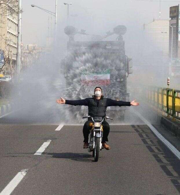 V ulicích Teheránu jezdí vozy rozprašující dezinfekci. Reza Bagheri Šaraf