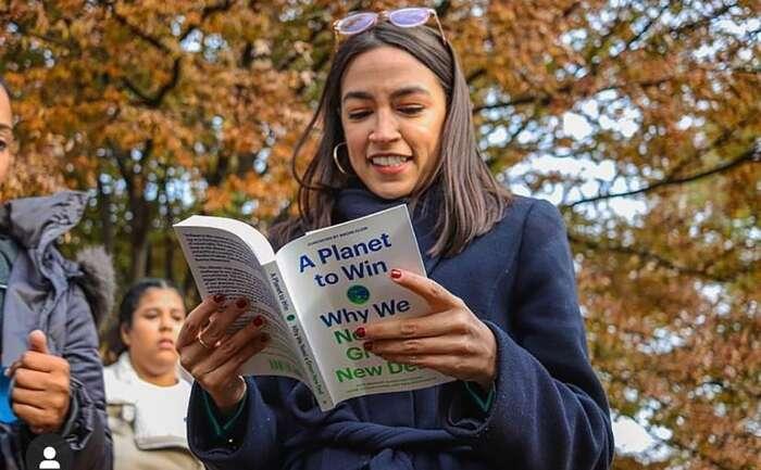 Alexandria Ocasio-Cortezová sičte vknize Kate Aronoffové, Alyssy Battistoniové, Daniela Aldany Cohena, aThey Riofrancosové, která působivě shnuje důvody, proč svět nutně potřebuje radikální ekonomickou transformaci: Green New Deal.