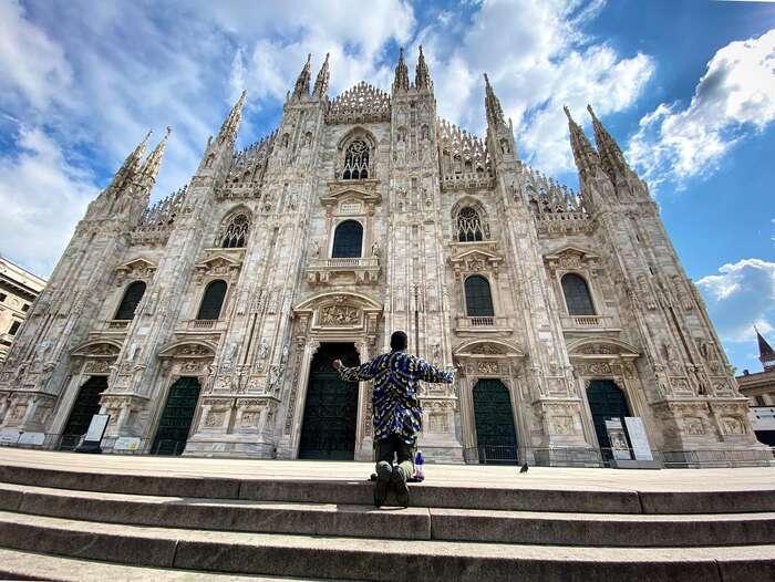 Ulice vItálii jsou pusté, ekonomika prakticky stojí. Momentka zdnešního Milána, před jehož katedrálou obvykle kypí čilý ruch. Foto FBTwin Brothers