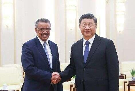 Šéf WHO, Tedros Adhanom Ghebreyesus, si podává ruku s generálním tajemníkem komunistické strany Číny, čínským prezidentem Si Ťin-pchingem. (Screenshot / fmprc.gov.cn )