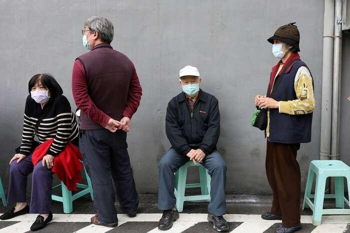 Lidé čekají před lékárnou vefrontě naroušky, které seprodávaly zajednotnou cenu 5Kč. Foto Ann Wang