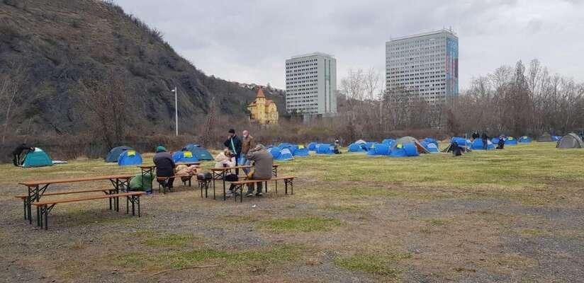 V Tróji vyrostlo pro bezdomovce stanové městečko. Zavyhovující řešení tonepokládá nikdo. Foto Charita Praha