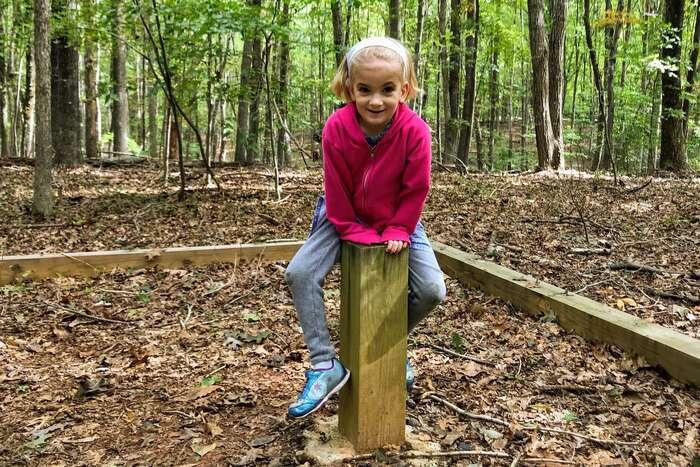 Je-li rodina navýletě vlese, nenosit roušku jerozumné zákazu navzdory. Kriticky přemýšlející apočínající silidé činí společnost lepší ipro ty, kterým vyhovuje vypnout vlastní rozum aslepě poslouchat autoritu. Foto Virginia State Parks, flickr