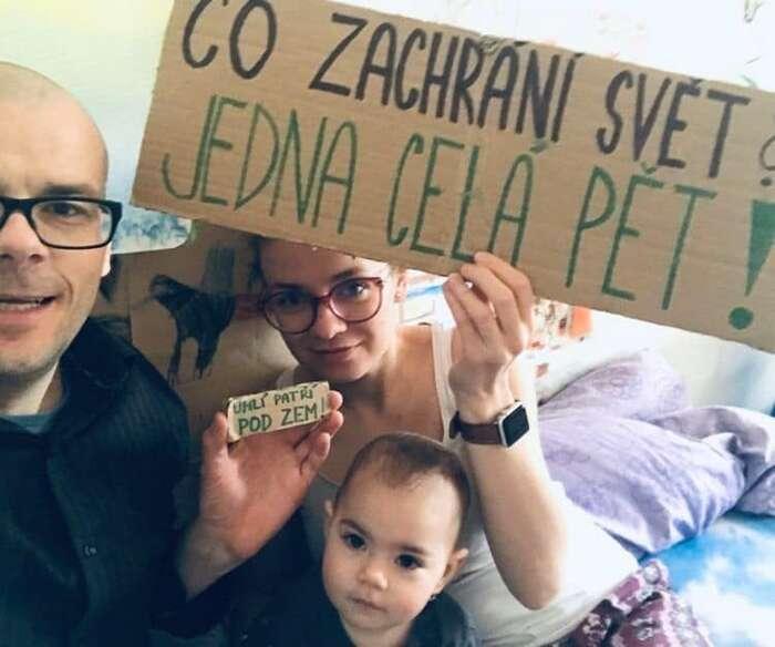 Desítky lidí tak jako divadelník Jiří Honzírek srodinou sdílejí fotky aoznačují se, že jsou naÚřadu vlády. Foto FFF