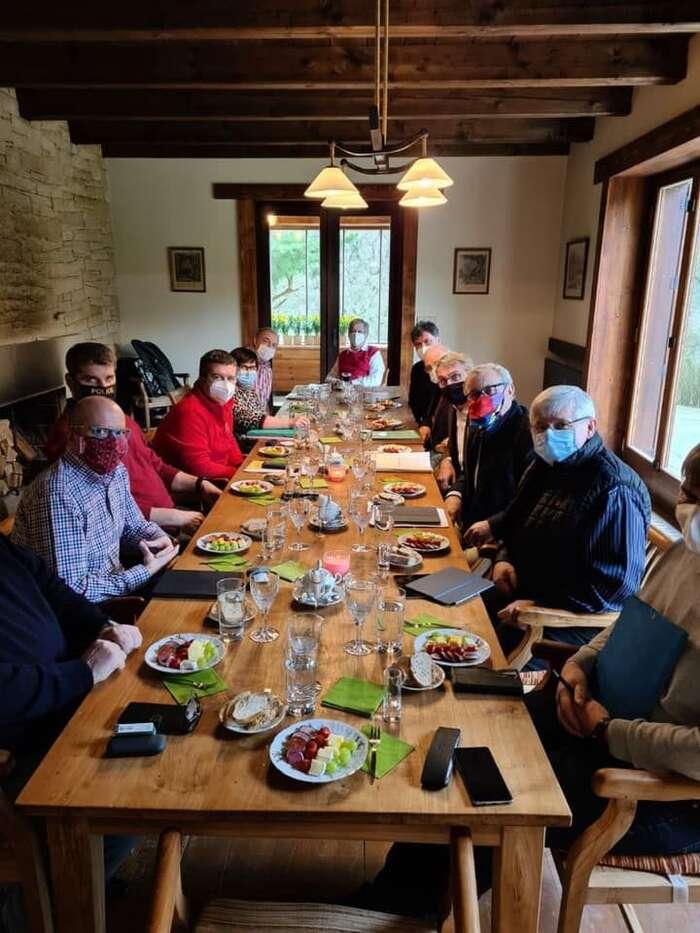 Expertní tým Miloše Zemana seprávě pokouší vyřešit expertní problém: jak vuzavřené místnosti poobědvat bez sundání roušek? Foto FBJiřího Ovčáčka