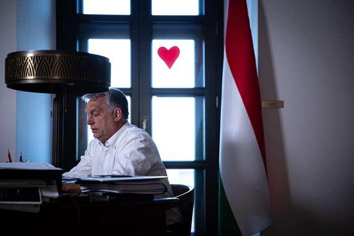 """Fotografii sdílel Víktor Orbán nasvém Facebooku seslovy. """"Den devětadvacátý. Postarejme seosebe oVelikonocích."""" Foto FBViktor Orbán"""