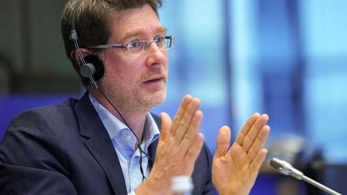 Výzvu europoslanců inicioval francouzský europoslanec Pascal Canfin. Ministerstvo životního prostředí sekevropským kolegům nepřidá. Canfina jeho čeští kolegové (ANO) vklubu RENEW nepodpoří. Připojit sekjeho výzvě naopak hodlají europoslanci Pirátské strany. Foto Evropský parlament