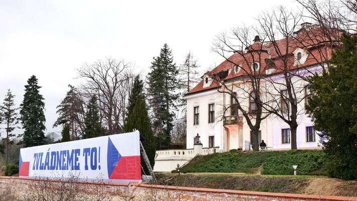 Fakt, že seAndrej Babiš soustředí spíše najalová gesta typu vlajek atransparentů před Kamářovou vilou než nakompetentní řízení vlády, kterého podle všeho ani není schopen, představuje zásadní riziko pro veřejné zdraví. Foto FBAndrej Babiš