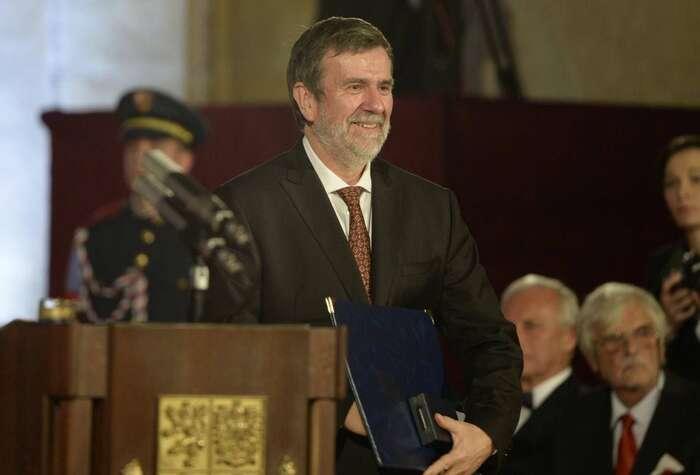 Vlastimil Vondruška, držitel prezidentské medaile zazásluhy I. stupně apravidelný autor Mladé fronty Dnes. Repro ČT