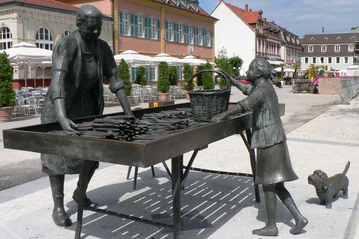 Schwetzingen vBádensku-Württembersku seprohlašuje zahlavní město chřestu. Nachází setu ibronzové sousoší prodavačky chřestu ajejí zákaznice spsíkem. Repro DR