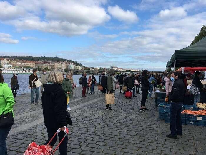 Ukazuje se, že některá veřejná prostranství jsou hojně navštěvovaná idnes. Foto FBFarmářské tržiště Náplavka