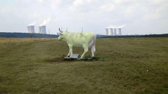 Jaderná elektrárny Dukovany patří ktěm, jejichž provoz může být postupujícím suchem ohrožen, atozejména tehdy pokud byse snad měl uskutečnit plán realizace nových bloků. Foto WmC