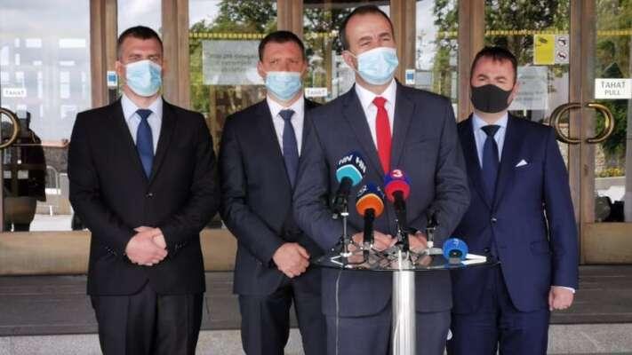 Smer aĽSNS jsou odbřeznového nástupu Matovičovy vlády naSlovensku jedinými opozičními stranami. Jejich otevřená spolupráce byla však doposud tabu. Zde iniciátoři Platformy zahodnotové Slovensko natiskové konferenci. Foto FBInsideri SK
