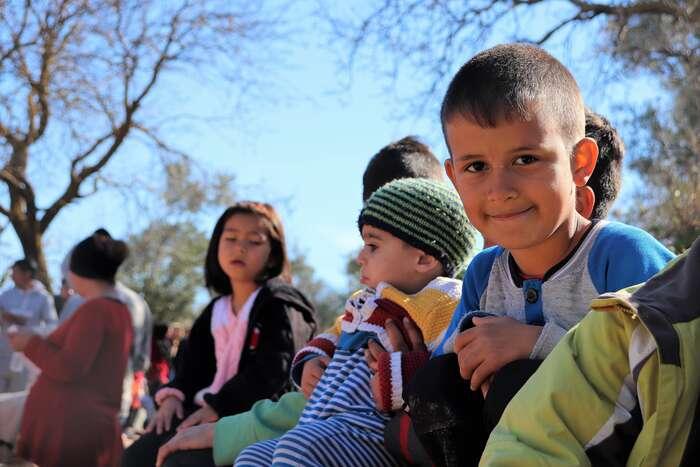 V hostspotech nařeckých ostrovech jeispousta dětí, jako tato skupinka vefrontě naoblečení naostrově Chios. Michal Pavlásek