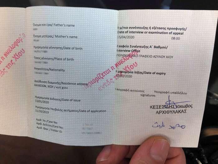 Červené razítko znemožňuje legálně opustit Řecko. Foto Michal Pavlásek