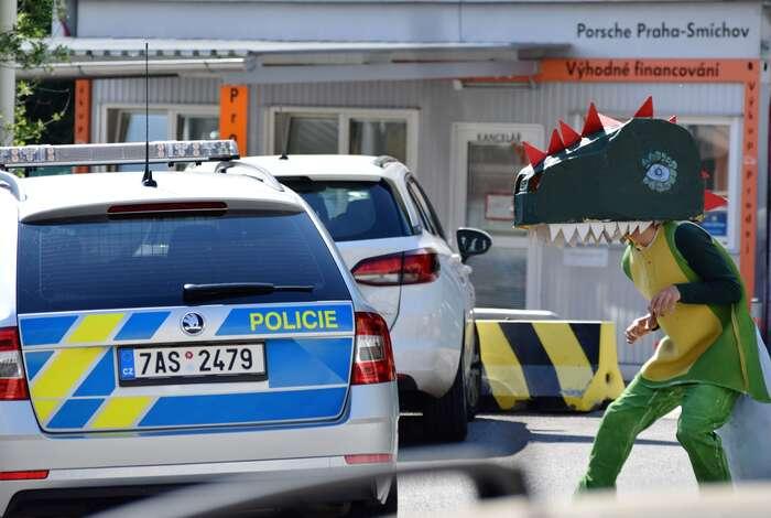 Shell sdělil policii, že muaktivisté načerpacích stanicích nevadí. Policisté ovšem namístě zůstali aekology posestoupení zestřechy legitimovali. Jan Kašpárek, DR