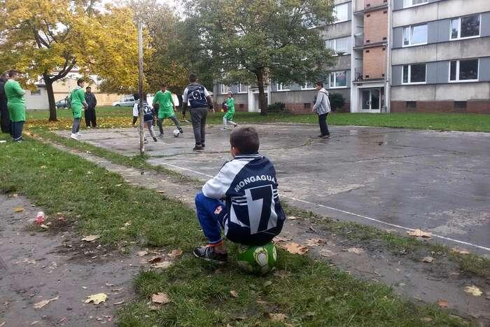 Takhle nějak začínal sen Lukáše Pulka opropojování lidí skrze fotbal. Dnes simnoho kluků nasídlišti vÚstí nad Labem myslí, že sfotbalem jde všechno líp. FBMongaguá